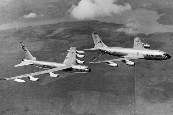 Летающий танкер KC-135A и стратегический бомбардировщик B-52D