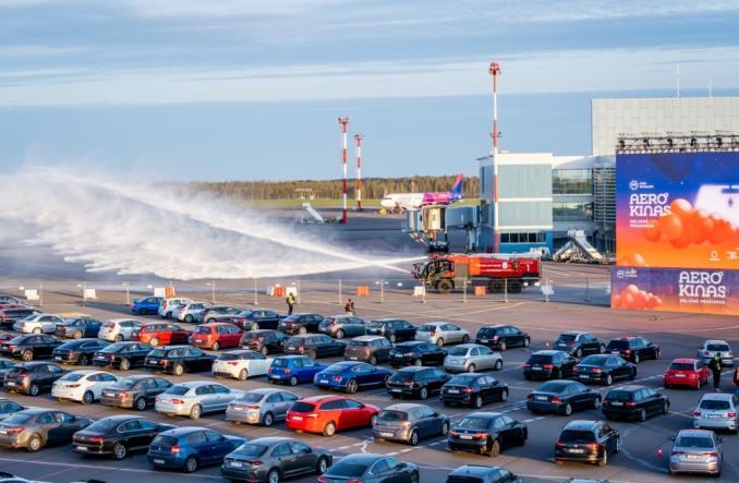 Автомобильный кинотатр в аэропорту Вильнюса