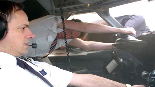 пилота высосало в окно