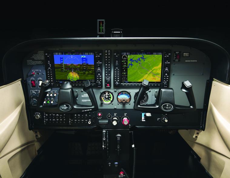 У Skyhawk в настоящее время оснащен кабиной glass cockpit, в котором в качестве стандартной авионики используется Garmin 1000