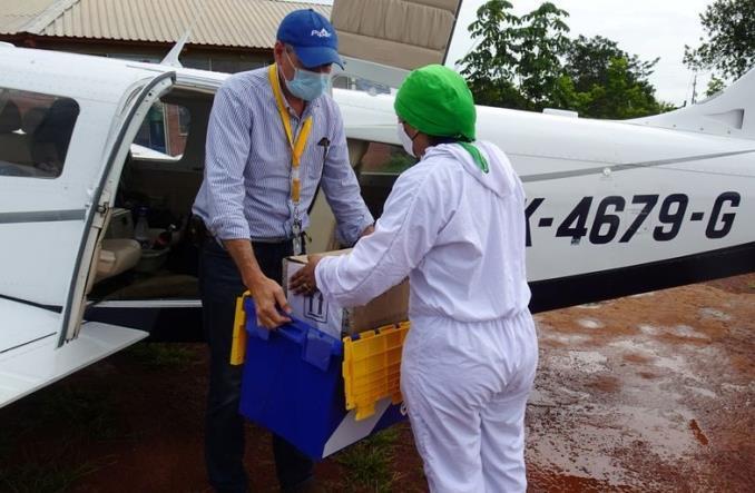 Погрузка тестов на коронавирус на борт частного самолета