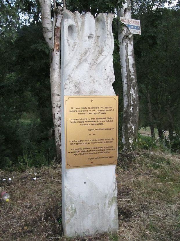 Памятник на месте падения обломков nnell Douglas DC-9 в Чехии