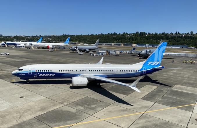 737 MAX 10