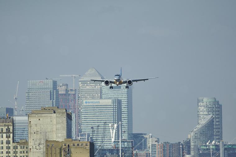 Embraer E190-E2 во время взлета из Лондонского Сити