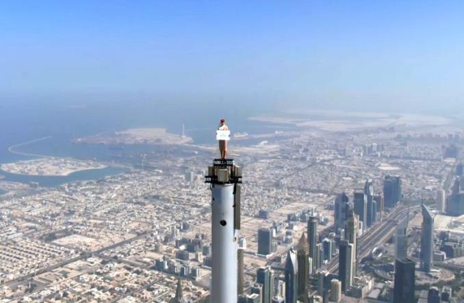 Стюардесса Emirates на вершине Бурдж-Халифа