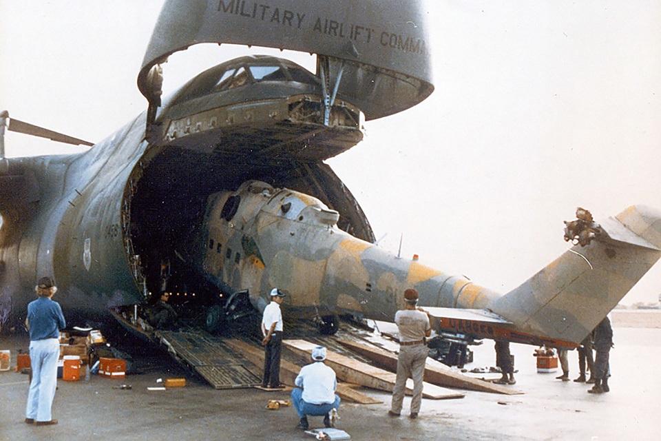 Ми-25 при погрузке в С-5 (фото USAF)