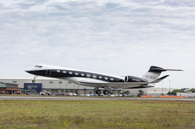 Прототип бизнес-джета  G700  выполнил первый полет в полной комплектации