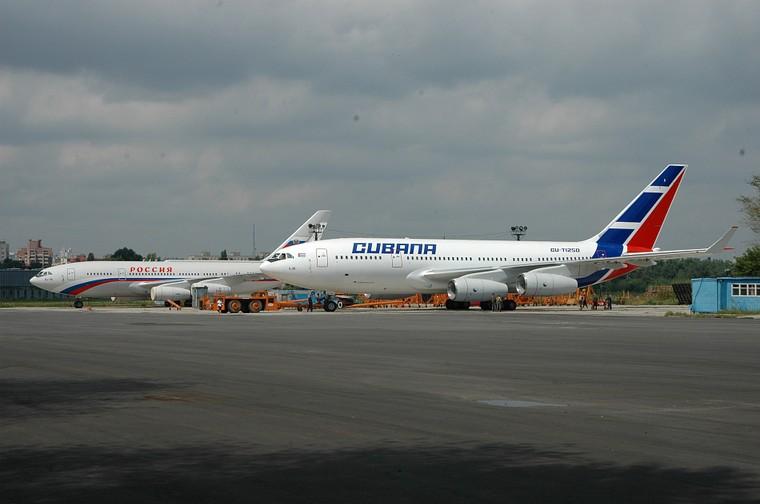Немногие компании в мире до сих пор используют Ил-96-300, например Cubana de Aviación (на заднем плане - Ил-96 правительства России).
