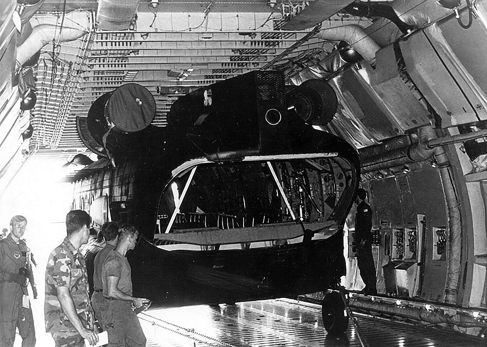 Захваченный Ми-25 при погрузке в С-5 (фото USAF)