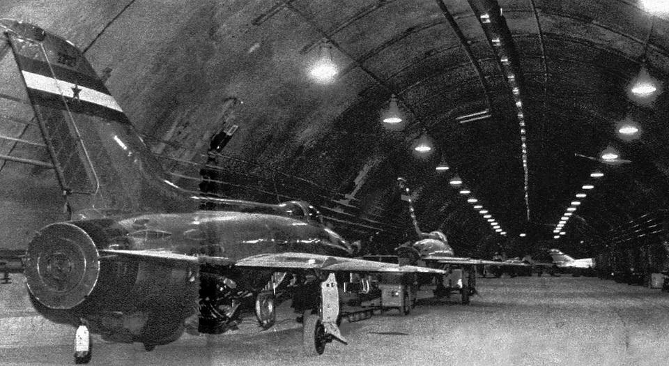 МиГ-21 в подземной авиабазе