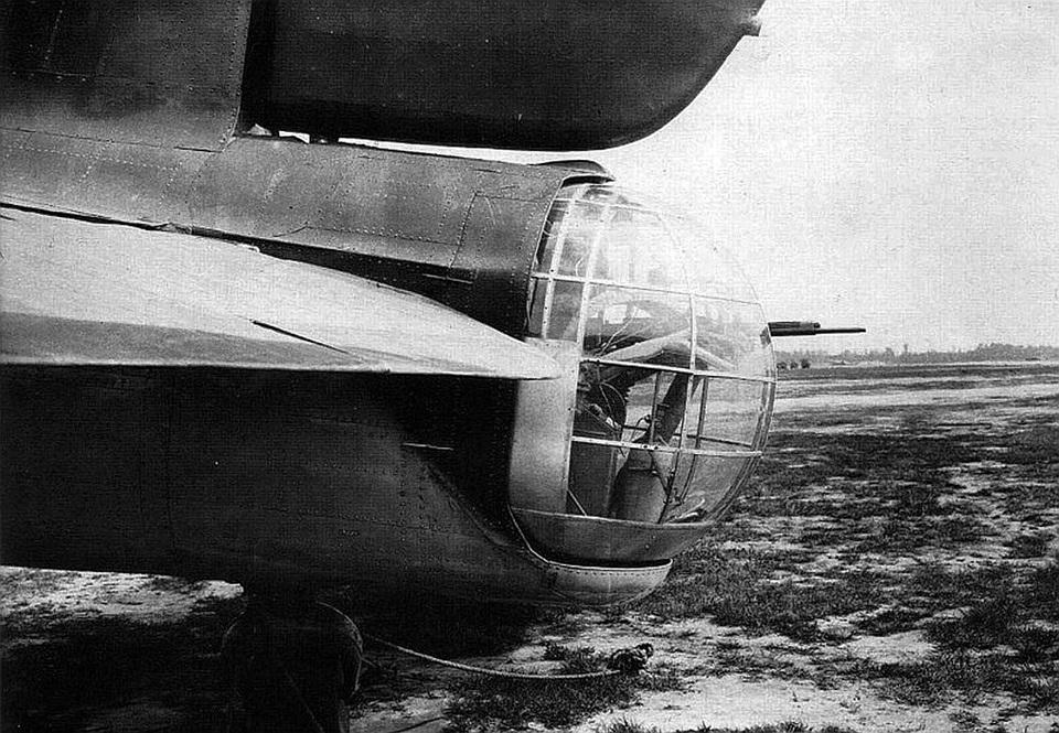 Пост хвостового стрелка бомбардировщика  Пе-8