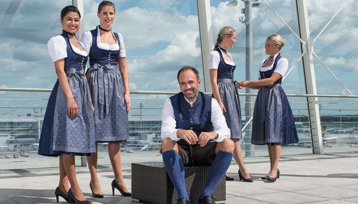 Экипаж Lufthansa в традиционной одежде Октоберфест